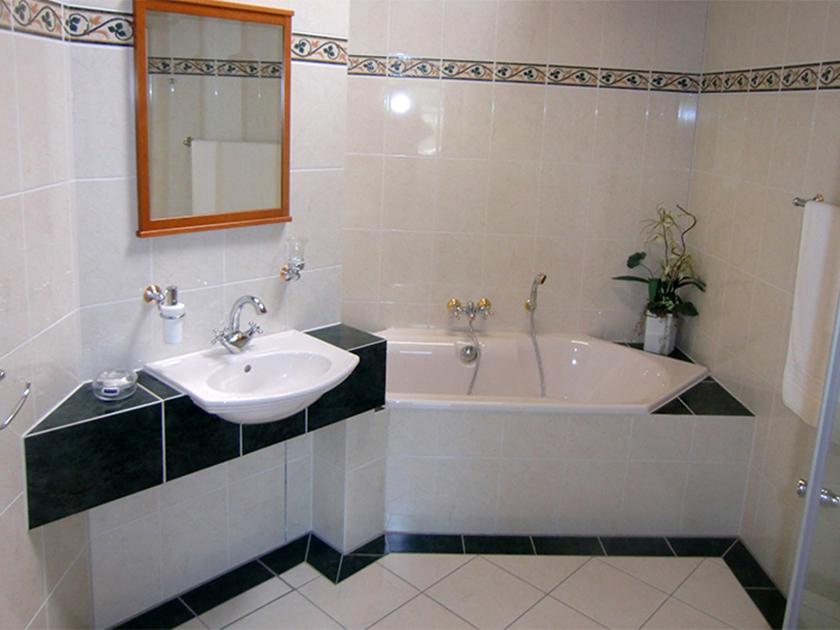 Badezimmer schwarz und weiß gefliest mit Bordüre ...