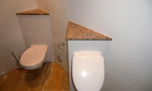 Toilette mit vorstehendem Sockel