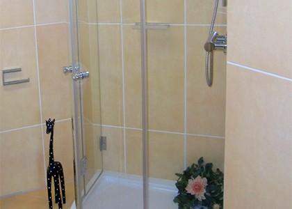 Freundliches Badezimmer mit Duschkabine